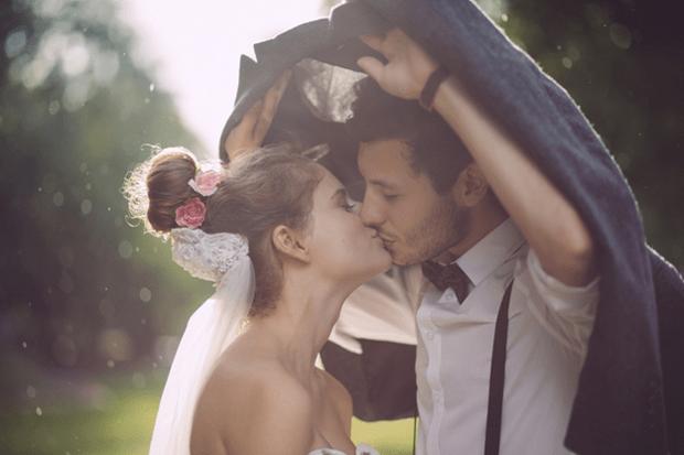 rainy wedding pose for wedding photographers