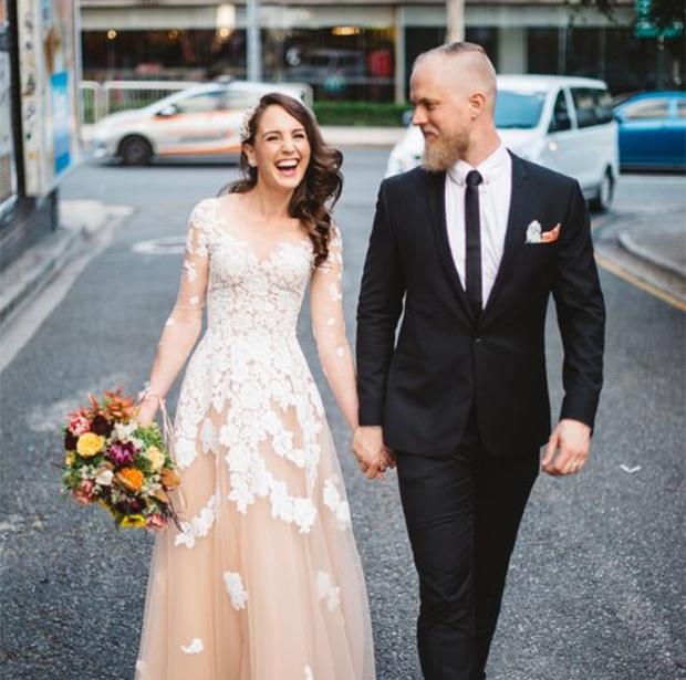 urban wedding pose for wedding photographers
